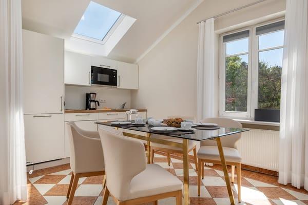 Die Küchenzeile ist ausgestattet mit Geschirrspüler, Mikrowelle, 2-Platten-Cerankochfeld ...