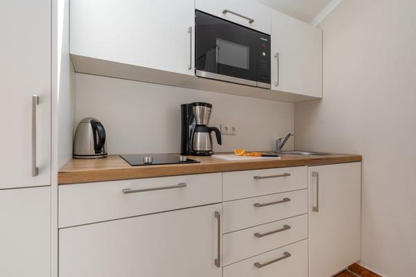 ... Kühlschrank mit Eisfach, Wasserkocher, Toaster und Kaffeemaschine.