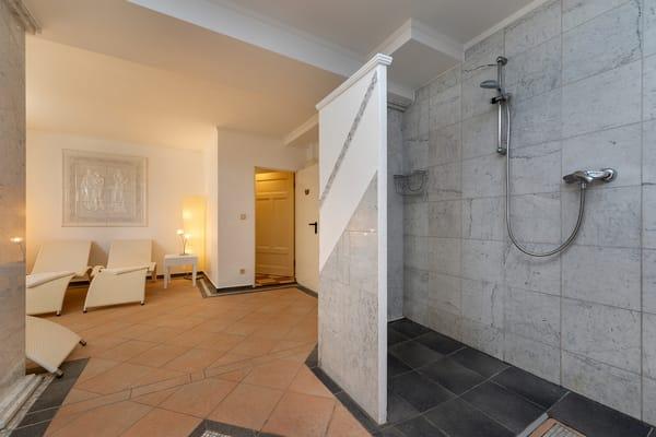 ... mit Ruhebereich und Dusche ...