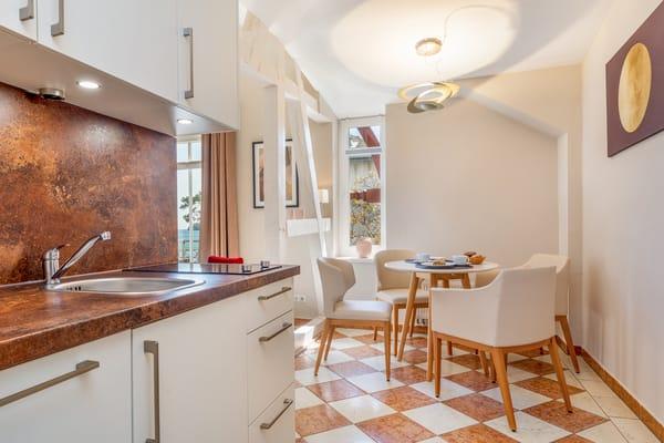 Die Küchenzeile und der Eßbereich im Wohnzimmer.