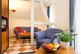 Das gemütliche Wohnzimmer hat Flachbild-TV und kostenfreien WLAN-Anschluß.