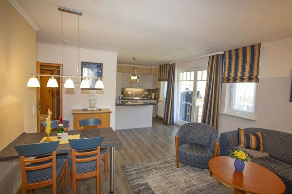 Großer Wohnbereich mit Esstisch und offner Küche