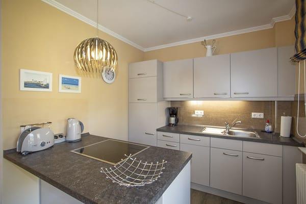 Neue Küchenzeile mit Geschirrspüler, Kühlschrank, Backoffen, Mikrowelle und alles was eine Küche braucht.