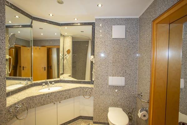 Großes geräumiges Bad im Granitstil mit großem Spiegelpanorama