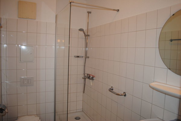 Bad mit Dusche, WC und Waschtisch