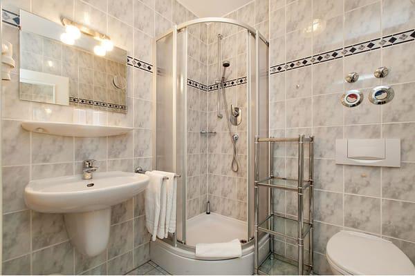 Das schöne Bad hat Dusche, WC und Fön.