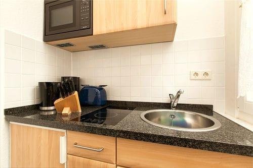 Hier der Blick auf die Küchenzeile mit Mikrowelle.