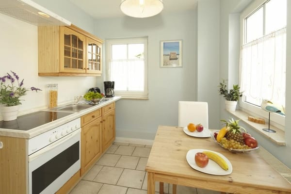 komplett ausgestattete Küchenzeile mit Esstisch