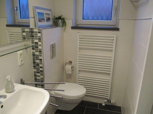 Duschbad mit Fenster u. ebenerdiger Dusche