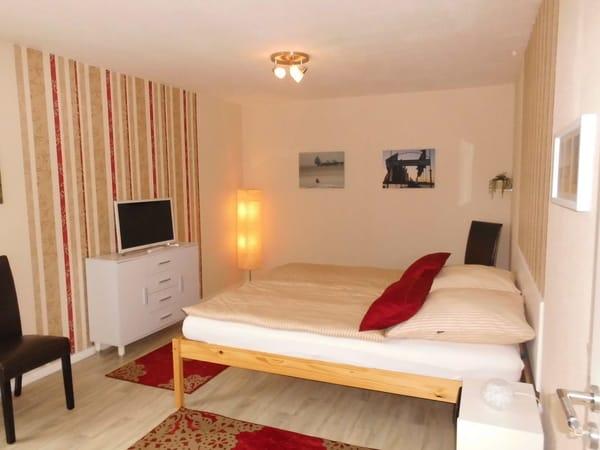 geräumiges Schlafzimmer mit TV