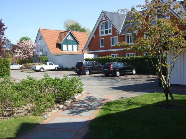 PKW-Stellplätze mit Fahrradhaus