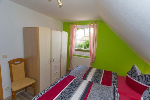 gemütliches separates Schlafzimmer mit Kleiderschrank
