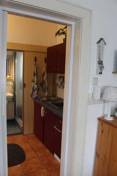 Blick in den Flur-/Küchenbereich aus dem Wohnbereich
