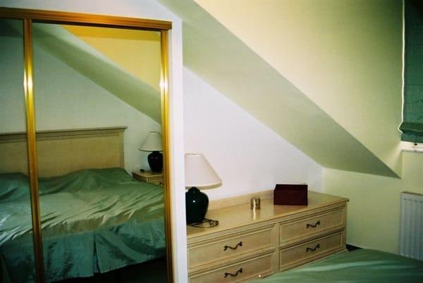 das Schlafzimmer mit verspiegeltem  Einbauschrank