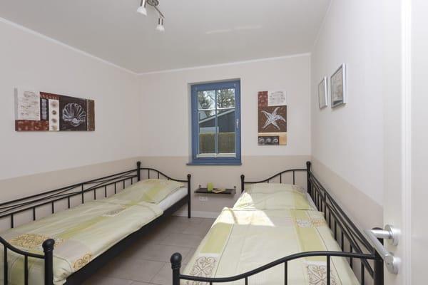 Zweites Schlafzimmer mit zwei Einzelbetten 90 x 200 cm