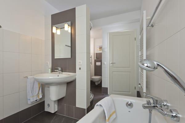 modernes Badezimmer mit viel Ablagemöglichkeiten