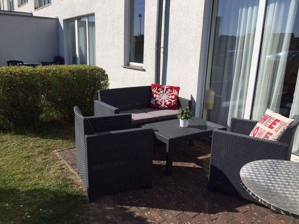 schöne Terrasse mit Gartenanteil