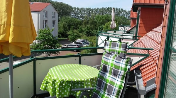 Süd-Balkon mit Sonnenschirm und Balkonmöbeln