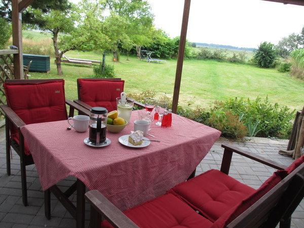 Terrasse mit Blick in den Garten und in Richtung Bodden