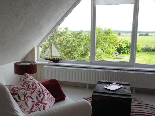 Loungebereich mit Blick auf den Bodden und in den Garten