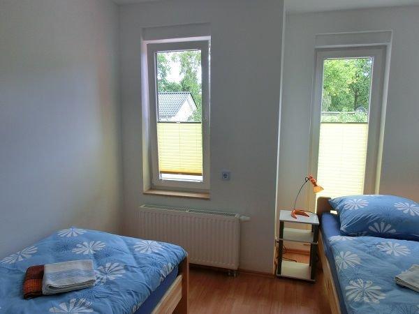 Das Schlafzimmer hat nicht nur 2 Betten sondern auch 2 Fenster
