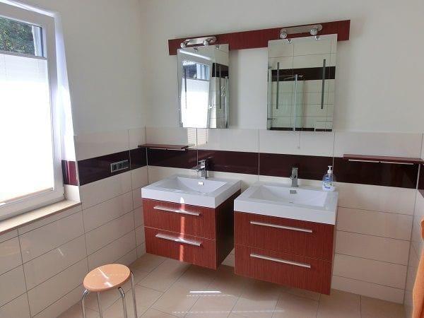 Das Badezimmer hat sogar 2 Waschtische