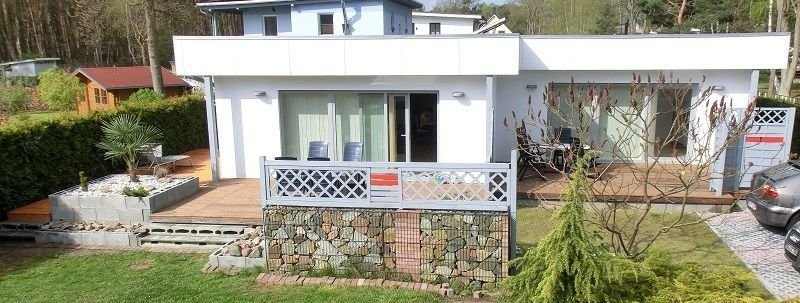 Rückseite des Hauses mit großzügigen Terrassen