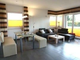 großzügiges Wohnzimmer mit Esstisch
