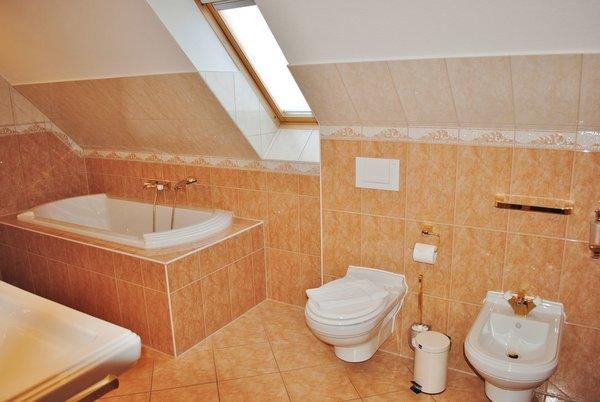 hochwertiges Bad mit Dusche und Badewanne