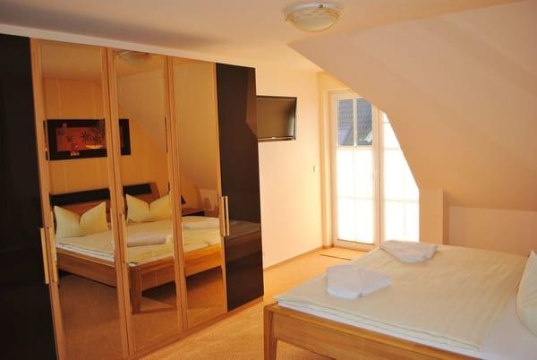 1. Schlafraum mit TV, Balkon und Kinderbett