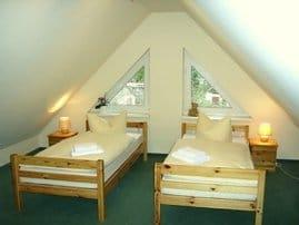 2. Schlafzimmer mit TV und Schreibtisch