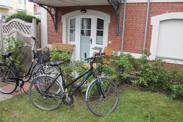 Ein Herrenrad sowie ein Damenrad