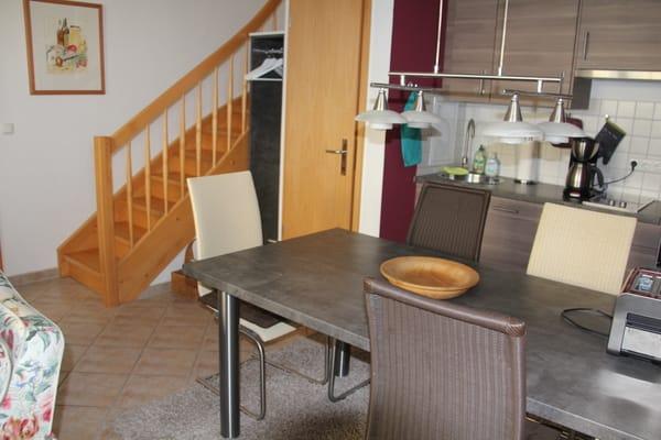 4 massiver Stühle, komplettausgestattene Küchenzeile