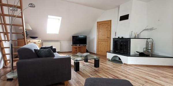gemütliches Wohnzimmer mit Einbaukamin und LED-TV