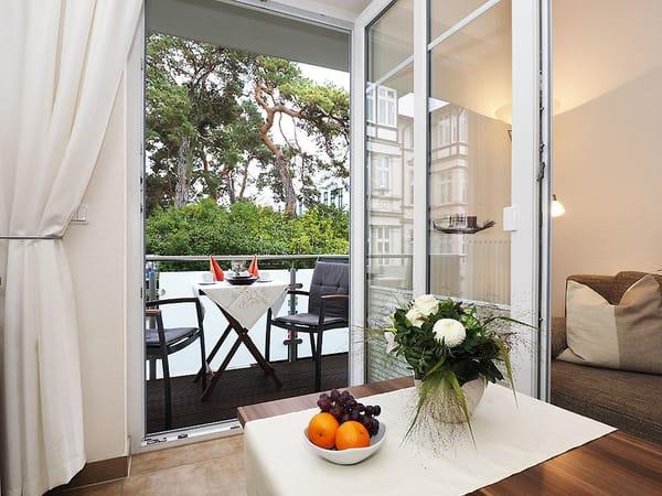 Für die richtige Unterhaltung sorgt ein Flat TV und ein DVD Player. Gemütliche Stunden zu jeder Jahreszeit verspricht der im Wohnbereich integrierte Kamin. Vom Wohnzimmer gelangen Sie auf den Balkon.