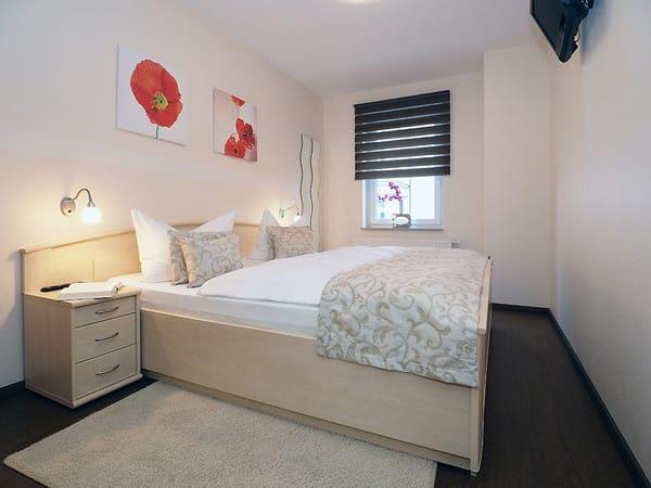 Im Schlafzimmer wartet ein gemütliches großzügiges Doppelbett sowie ein Flat-TV auf Sie.