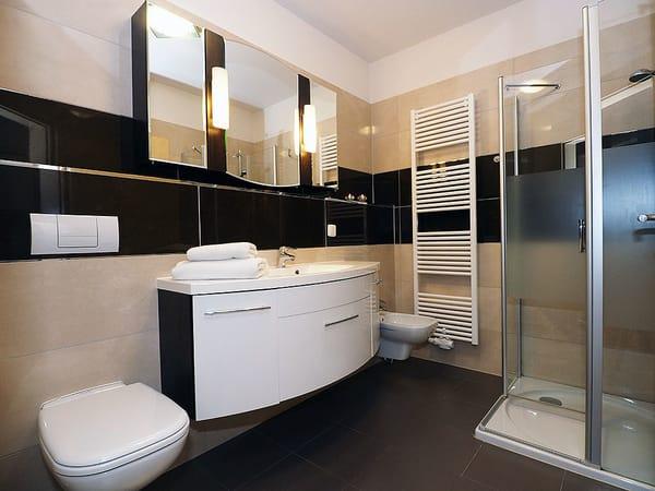 Das Badezimmer ist mit Dusche, WC und Bidet ausgestattet. I-Tüpfelchen: Zum weißen Sandstrand sind es nur 50m – dort erwartet Sie ein eigener Strandkorb von Mai bis September.