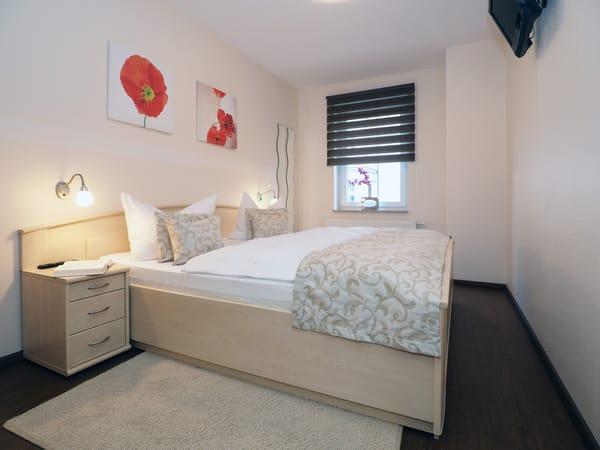 Im Schlafzimmer wartet ein gemütliches, großzügiges Doppelbett (180 x 200cm / zwei getrennte Matratzen) zur Nachtruhe und ein Flat TV mit DVBT Empfang auf Sie.