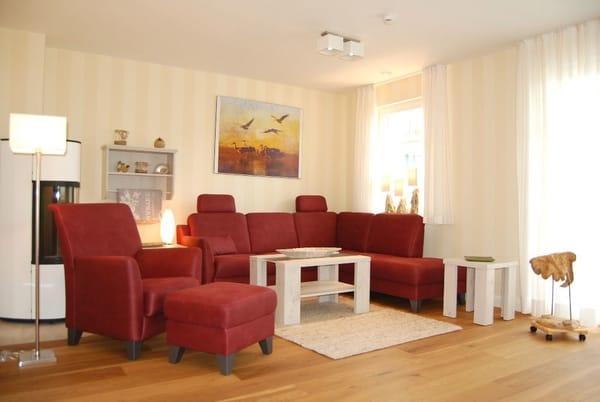 gemütliche Couchgarnitur mit Sessel u. Fußhocker,  Holzpelletofen