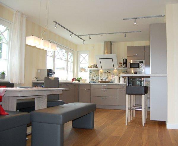 Vollausgestatte Küche mit Kühl/Gefrierkombi, Marken-Küchengeräte