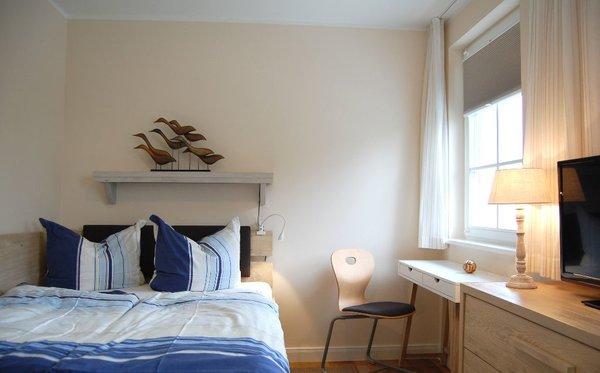 Schlafzimmer mit Queen-Size Bett (140x200 cm) und Einzelbett