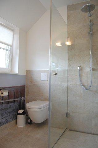Großes Tageslichtbad mit WC, Dusche, Sauna