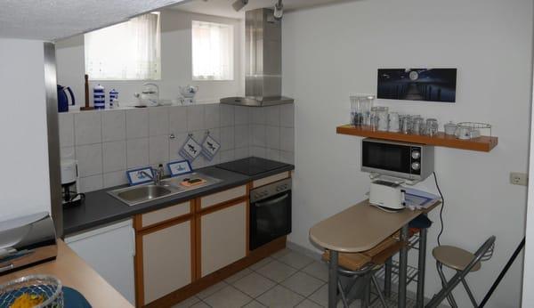 Küche mit Ceranfeld, Mikrowelle, Esstisch
