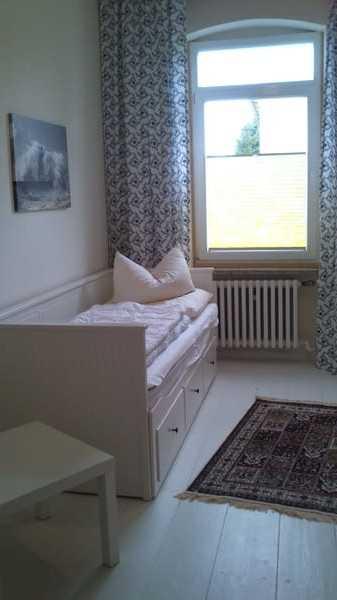 Schlafzimmer 2 mit zusätzlichem Kinderbettchen