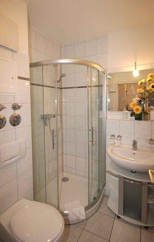 Badezimmer mit Waschtisch, Dusche/WC, Kosmetikspiegel und Fön