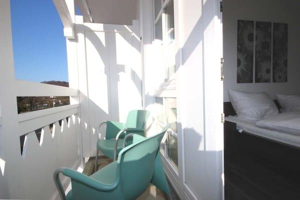 Die Wohnung befindet sich im 1. Obergeschoss und verfügt über 2 Balkone (Südosten und Westen).