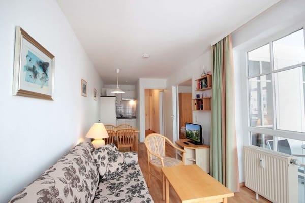 Vom Wohnraum aus gelangen zum Balkon. Zusätzlich können Sie einen Flat-TV nutzen.