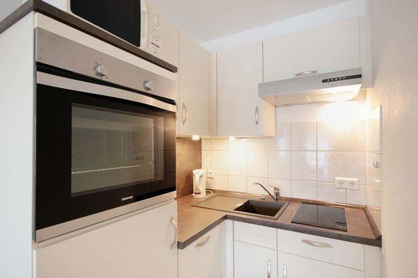 In der Wohnküche finden Sie ein 2-Plattenceranfeld, Backofen, Geschirrspüler, Kühlschrank mit kleinem Gefrierfach, Kaffeemaschine, Wasserkocher, Toaster und Mikrowelle sowie weitere Küchenhelfer.