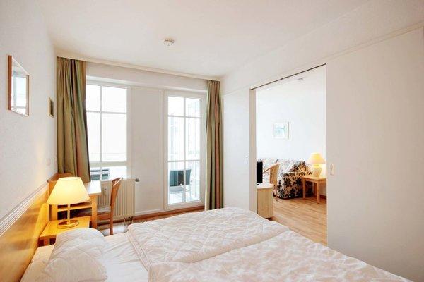 Das Schlafzimmer ist mit einem Doppelbett und Kleiderschrank ausgestattet. Zudem gelangen Sie auch von hier aus auf den Balkon.