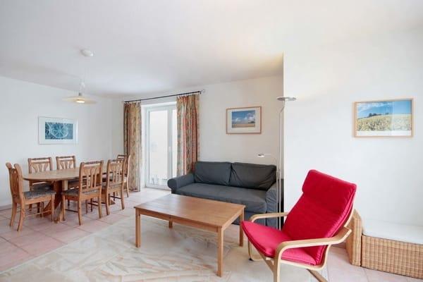 Der geräumige Wohnraum ist mit Fernseher, DVD-Player, Radio und einem separatem Essplatz ausgestattet.